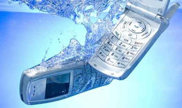 kak-ispravit-povrezhdennyj-vodoj-sotovyj-telefon-qwesa.ru-01