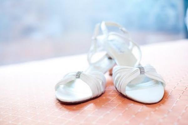 Как чистить белые туфли