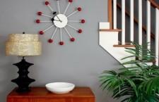 Как украсить квартиру настенными часами?